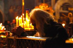 biserica-batran in rugaciune